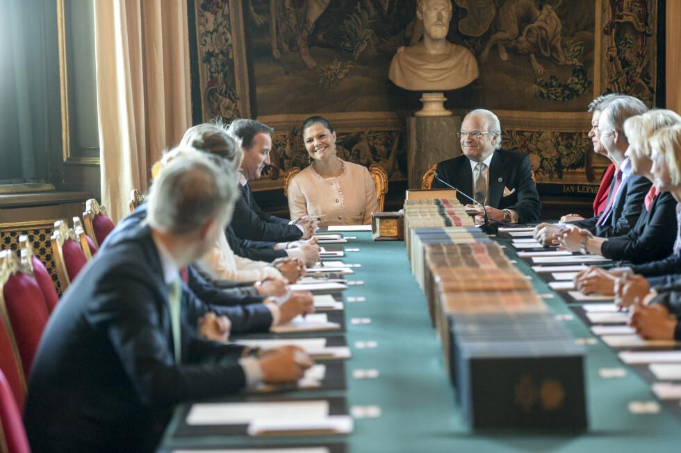STATSRÅD: Carl Gustaf var i storhumør og spøkte da han kunngjorde navnet på prins Alexander. Til venstre kronprinsesse Victoria. Foto: TT NYHETSBYRÅN