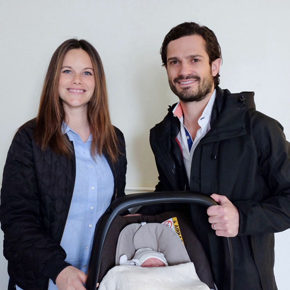 Prins Carl Philip og prinsesse Sofia forlater sykehuset med den lille babyen. Foto: Kungl. Hovstaterna