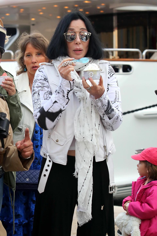 JET-SETTER: Ifølge flere medier skal Cher ha store helseproblemer. Den 19. juni i år koste hun seg uansett med iskrem i Saint Tropez i Frankrike. Foto: Splash News
