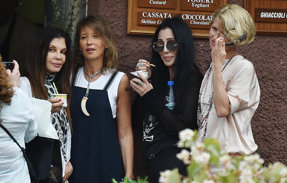 PÅ FERIE: Cher tok bilder sammen med venninner og spiste iskrem i Portofino i slutten av juni.  Foto: Xposure