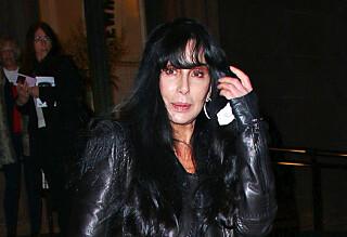 - Ansiktet til Cher faller fra hverandre