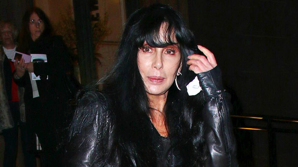 SJELDEN UTE: Cher er angivelig rammet av sykdom og håper nå at en miraklekur kan redde henne. Her er hun avbildet ute i New York i 2015. Foto: Splash News