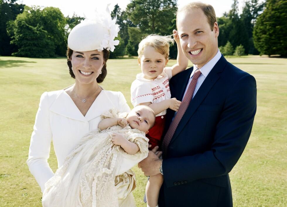 OGSÅ INVOLVERT: Ifølge The Sun sitter hackeren også på private bilder av hertuginne Kate, prins William og deres to barn, prinsesse Charlotte og prins George. Her er den rojale familien avbildet i en offisiell sammenheng - prinsessens dåp i 2015.   Foto: ario Testino/Art Partner/Kensington Palace/Ap