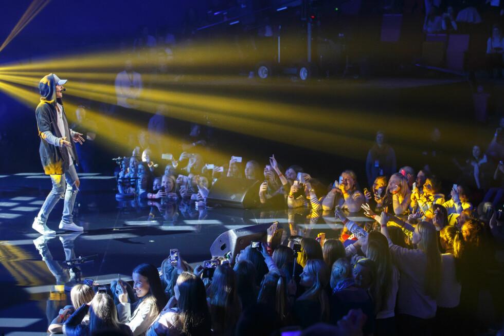 UNGPIKEIDOL: Her synger Justin foran hylende tenåringer på Chateau Neuf i Oslo. Foto: NTB scanpix
