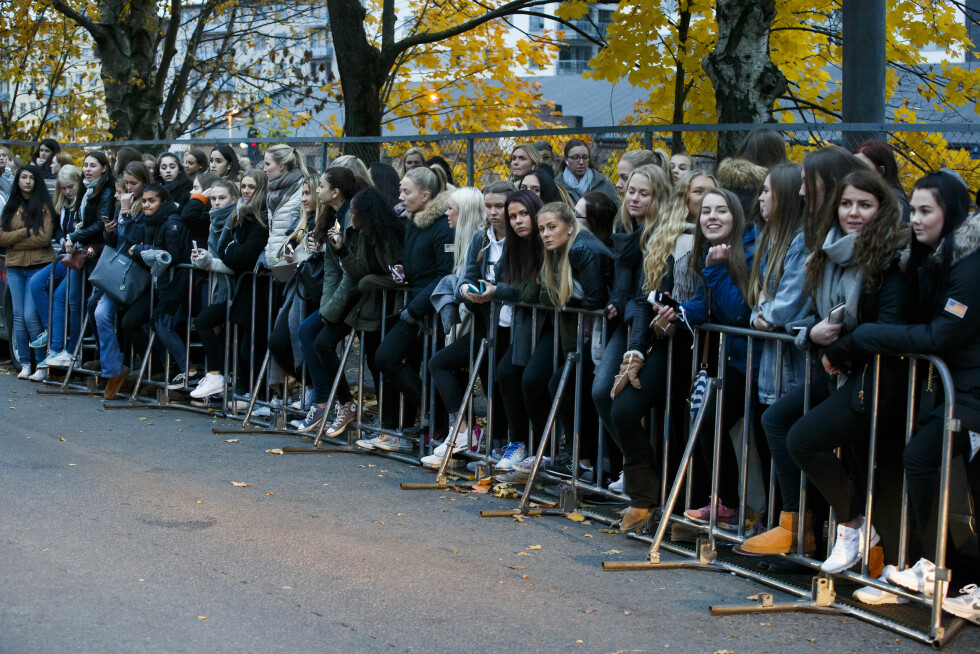 VENTET I SPENNING: Før Bieber-konserten hadde flere hundre jenter samlet seg utenfor Chateau Neuf i håp om å få et glimt av Justin Bieber.  Foto: NTB scanpix