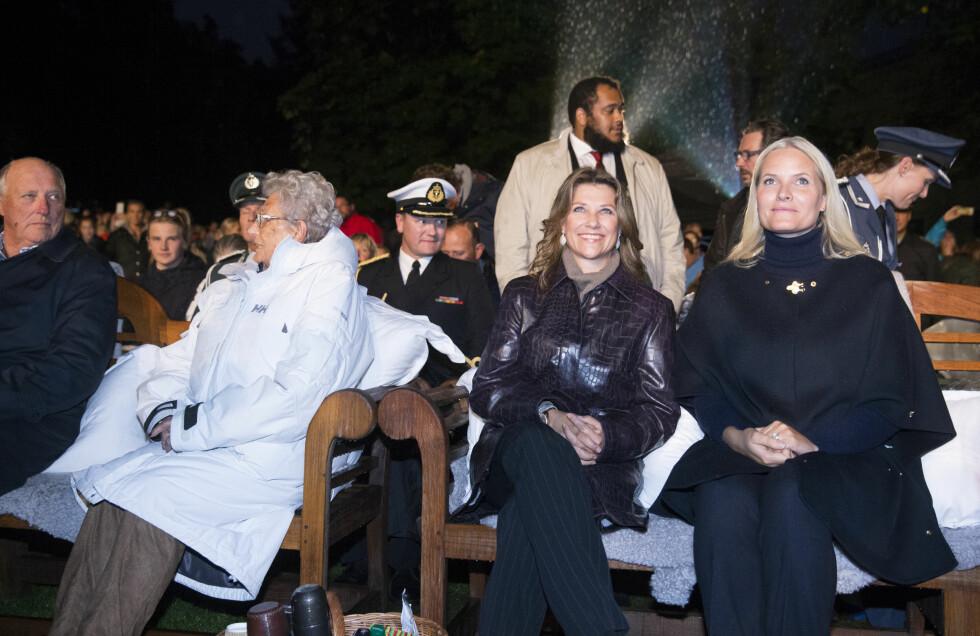 VISTE SEG OFFENTLIG: Prinsesse Märtha Louise viste seg for første gang offentlig etter bruddet med Ari i går kveld. Det var en smilende prinsesse som ble avbildet.   Foto: NTB scanpix