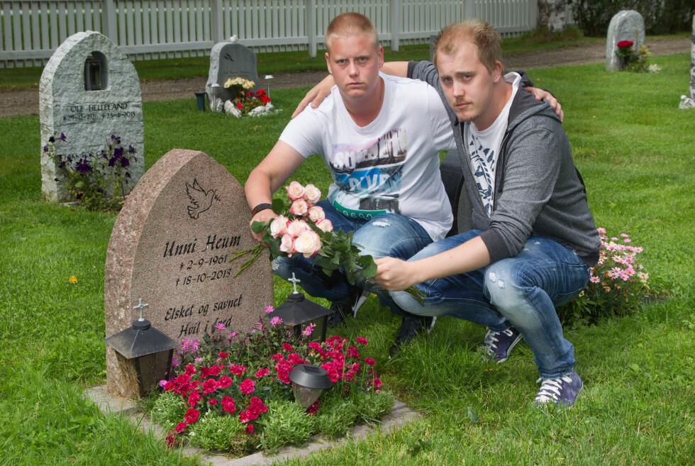 MAMMA FORSTO: Espen var nært knyttet til moren sin. Men Unni Heum fikk kreft før eldstebarnet ble konfirmert, og kjempet mot sykdommen til hun døde i oktober 2013, bare 52 år gammel. Her er brødrene ved mammas grav. Foto: Svend Aage Madsen/Se og Hør