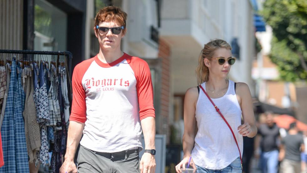 VANSKELIG KJÆRLIGHET: Emma Roberts og Evan Peters har blitt observert sammen ved flere anledninger den siste tiden. Her koser de seg på spasertur etter en lunsj i Larchmont i Los Angeles for to uker siden. Foto: Splash News