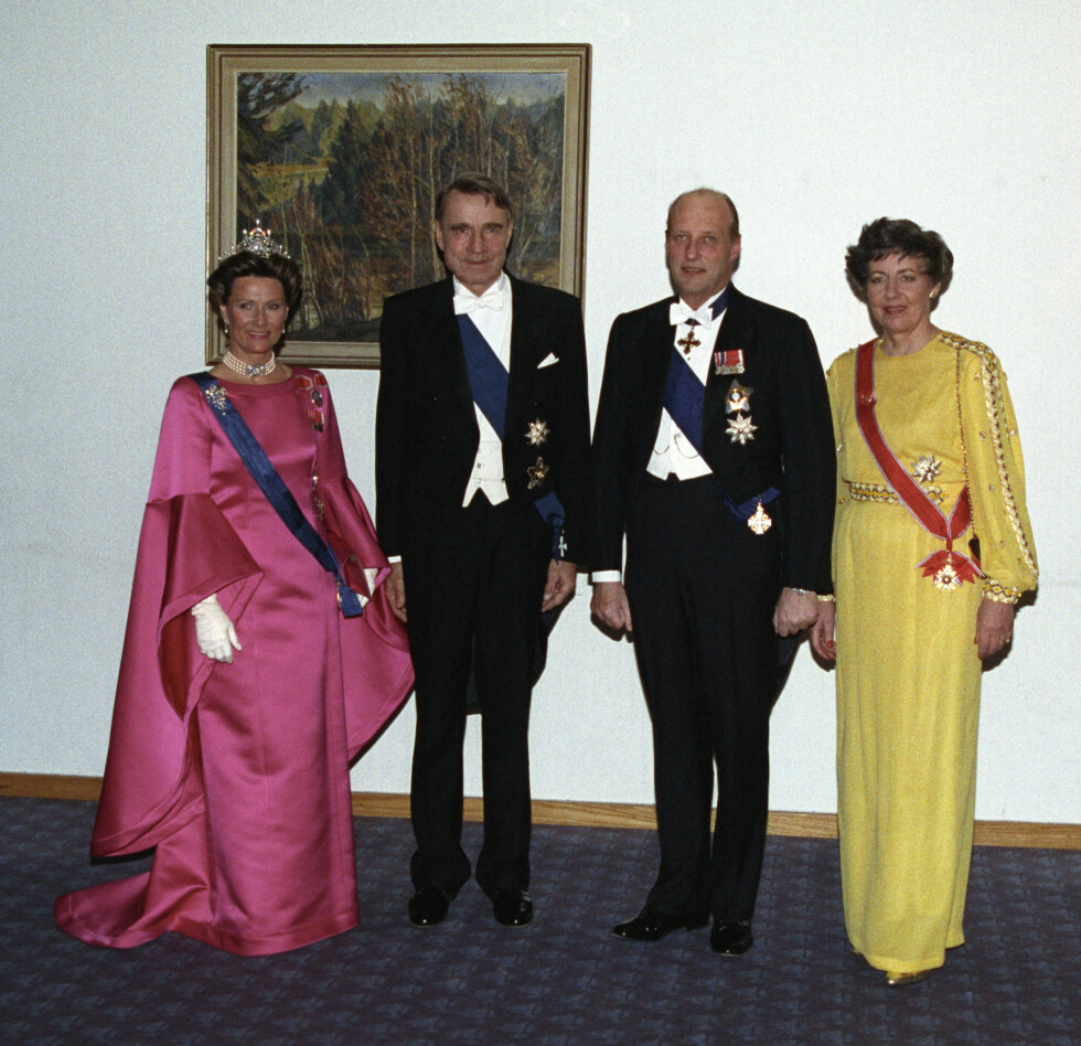 FØRSTE GANG: Kongeparet da de var på statsbesøk for første gang i Finland i  1993. Med datidens president Mauno Koivisto og fru Tellervo Koivisto. Foto: NTB scanpix