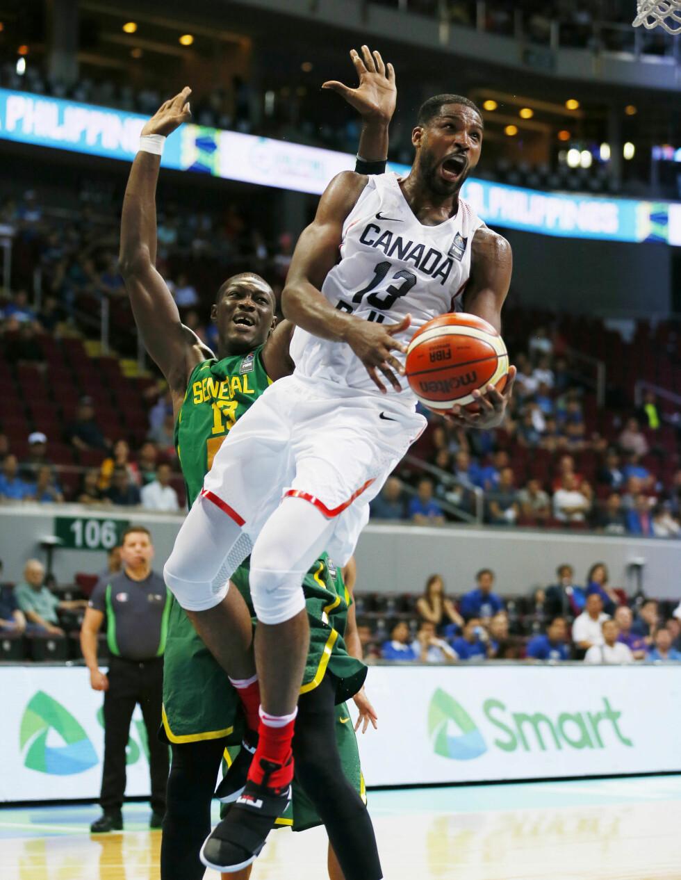 IDRETTSSTJERNE: Tristan Thompson (t.h) spiller for basketballaget Cleveland Cavaliers.  Foto: Ap