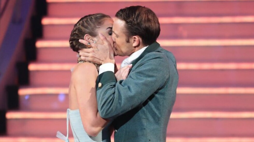 <strong>OVERRASKET PÅ TV:</strong> Adelén og Benjamin overrasket TV-seerne med et kyss under fjorårets «Skal vi danse», men hevdet da at de ikke var kjærester. Nå innrømmer duoen til Se og Hør Extra at de ble kjærester i skjul i løpet av konkurransen. Foto: TV 2