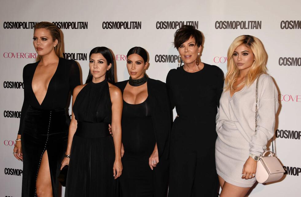 BERØMT: Khloe, Kourtney og Kim Kardashian, deres mor Kris Jenner og halvsøster Kylie Jenner er alle del av det som for tiden er verdens mest berømte TV-familie. Foto: Broadimage