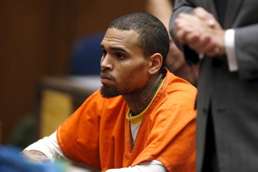 BROKETE FORTID: Chris Brown har vært i klammeri med politiet en rekke ganger tidligere. Her er han avbildet i rettssalen i mars 2014. Den gang brøt han prøveløslatelsen sin etter å ha erklært seg skyldig i å ha overfalt sin tidligere kjæreste Rihanna. Foto: Reuters