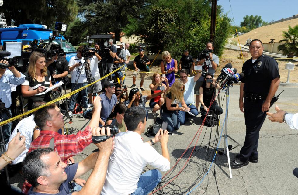 STORT MEDIETRYKK: Representanter fra politiet i Los Angeles snakker med pressen utenfor hjemmet til Chris Brown. Foto: Reuters