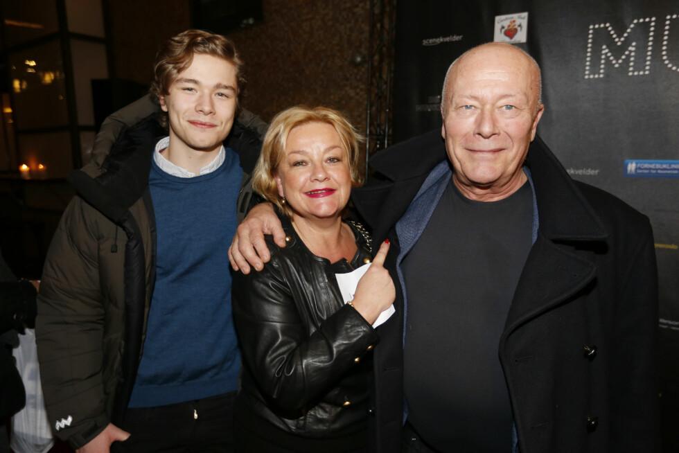 SKUESPILLERFAMILIE: Her er Jonas sammen med foreldrene Anette Hoff og Nils Ole Oftebro i fjor.  Foto: NTB scanpix