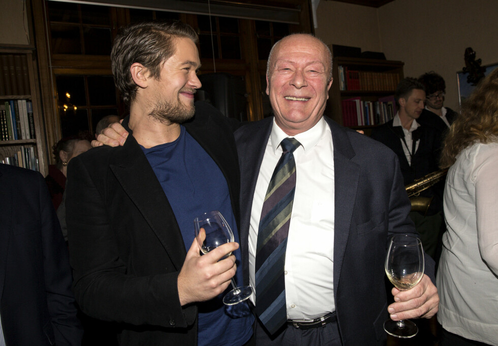 FIKK SPRÅKPRIS: Jakob Oftebro fikk i 2014 foreningen Nordens språkpris. Her sammen med pappa Nils Ole Oftebro.  Foto: Aller Media NO