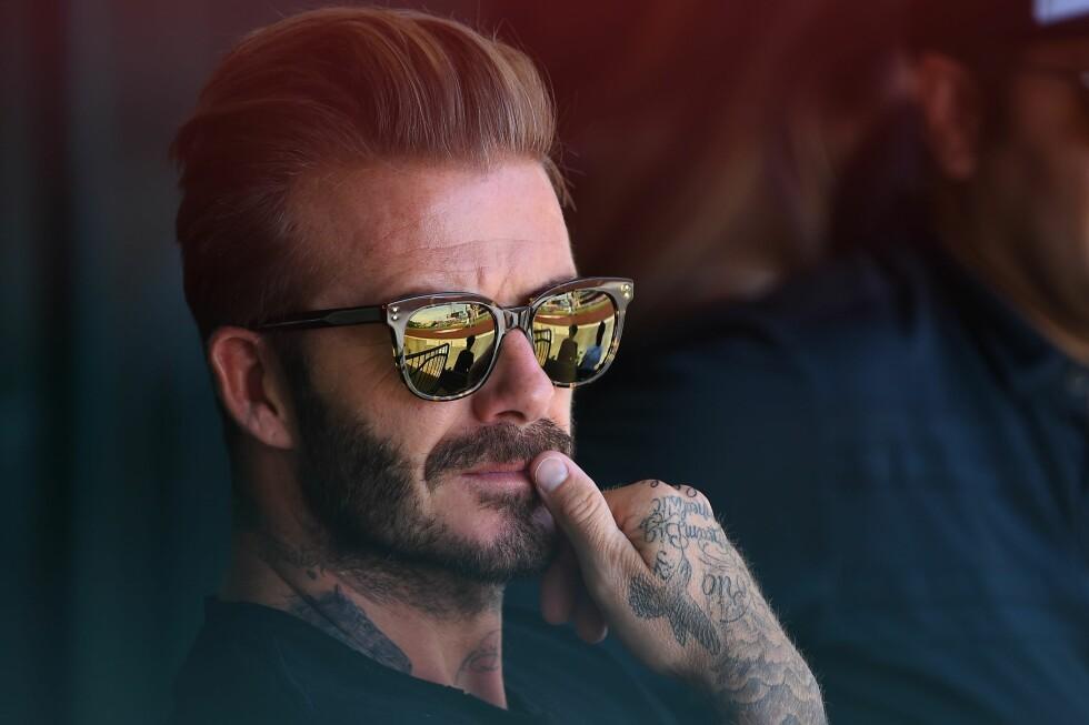 PÅ KAMP: David Beckham på baseballkamp mellom Los Angeles Angels og New York Yankees på Angel Stadium of Anaheim søndagskveld. Der kan man se et lite glimt av Beckhams nyeste tattovering nederst på halsen. Foto: Afp