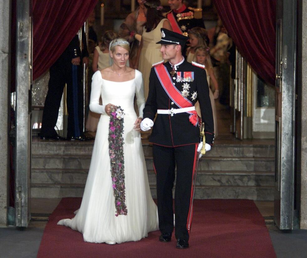 2001: Brudeparet påvei ut fra kirken etter sin egen vielse.   Foto: TT NYHETSBYRÅN