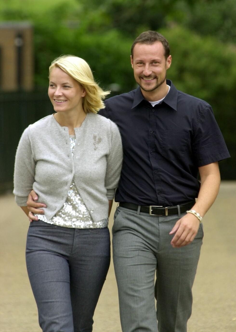 2002: Mette-Marit og Haakon i Hyde Park i London. Foto: TT NYHETSBYRÅN