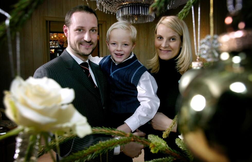 2003: Duoen flyttet inn på Skaugum og pyntet juletreet med Marius. Foto: TT NYHETSBYRÅN