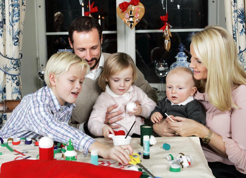 2006: Kronprinsparet og barna lager juledekorasjoner på Skugum.  Foto: TT NYHETSBYRÅN