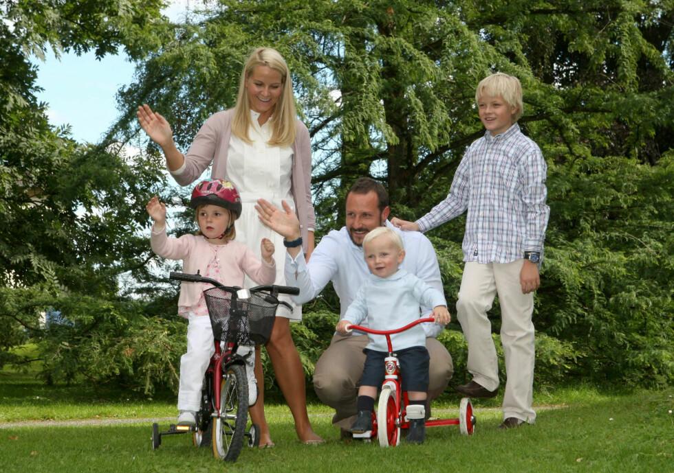 2007: Fotoseanse på Skaugum med prinsesse Ingrid Alexandra, prins Sverre Magnus og Marius Borg Høiby. Foto: NTB scanpix
