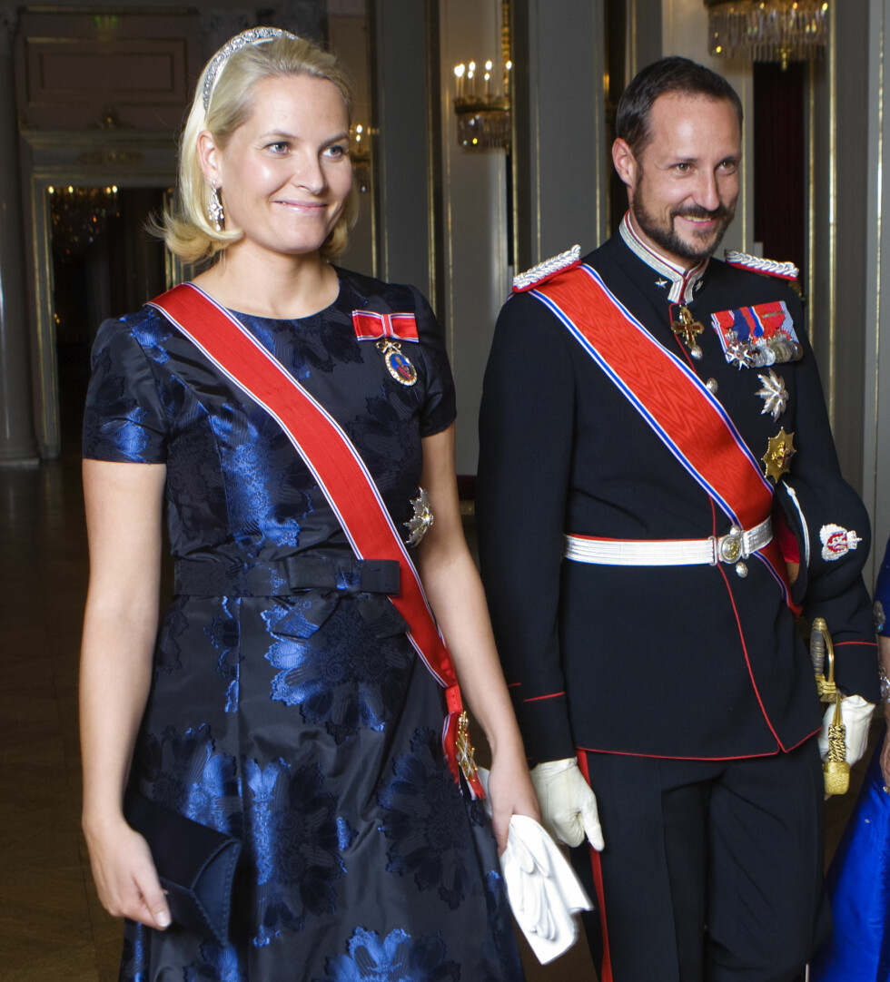 2008: Kronprinsessen og kronprinsen på vei til bankett på Slottet i anledning et statsbesøk.  Foto: NTB scanpix