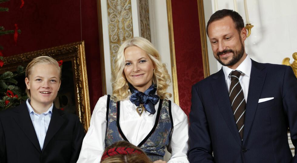 2011: Mette-Marit og Haakon fotografert sammen med Marius Borg Høiby på Slottet. Foto: NTB scanpix