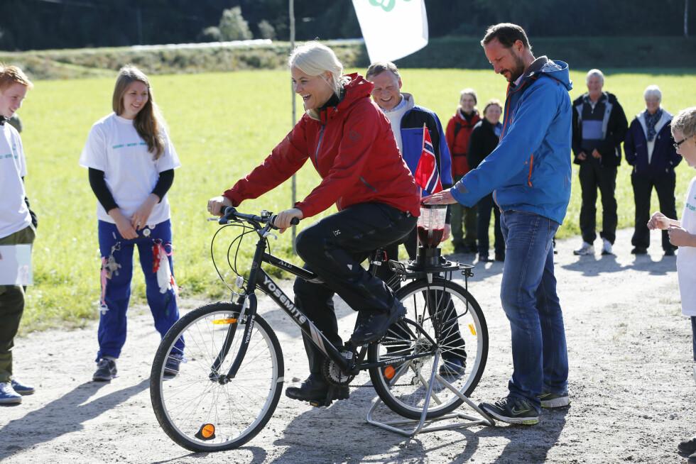 2013: Kronprinsparet besøkte Marnardal i Vest-Agder hvor de var på sykkeltur og lagde sin egen juice. Foto: NTB scanpix
