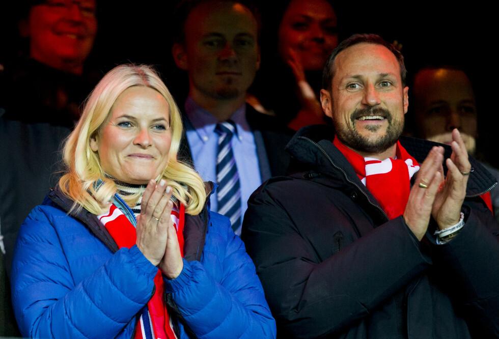 2015: Mette-Marit og Haakon på tribunen under fotball EM-kvalifiseringen på Ullevaal stadion. Foto: NTB scanpix