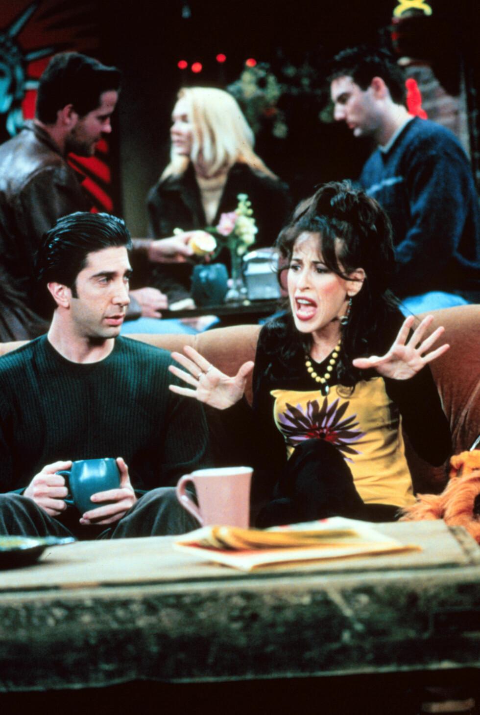 KARAKTERISTISK ROLLE: Maggie Wheelers rolle som Janice i «Friends» har tydelig ikke godt i glemmeboka for seriens trofaste fans. Her er skuespilleren avbildet med David Schwimmer, som spilte rollen som Ross.  Foto: TV2