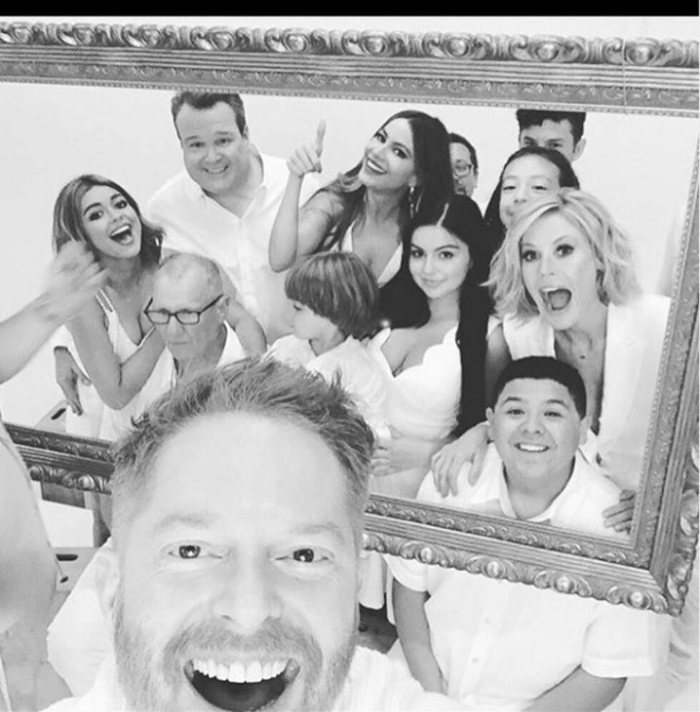 GJENGEN: Sofia Vergara sammen med kollegene i «Modern Family». I disse dager har de spilt inn sesong 7 av den populære TV-serien. Foto: NTB Scanpix