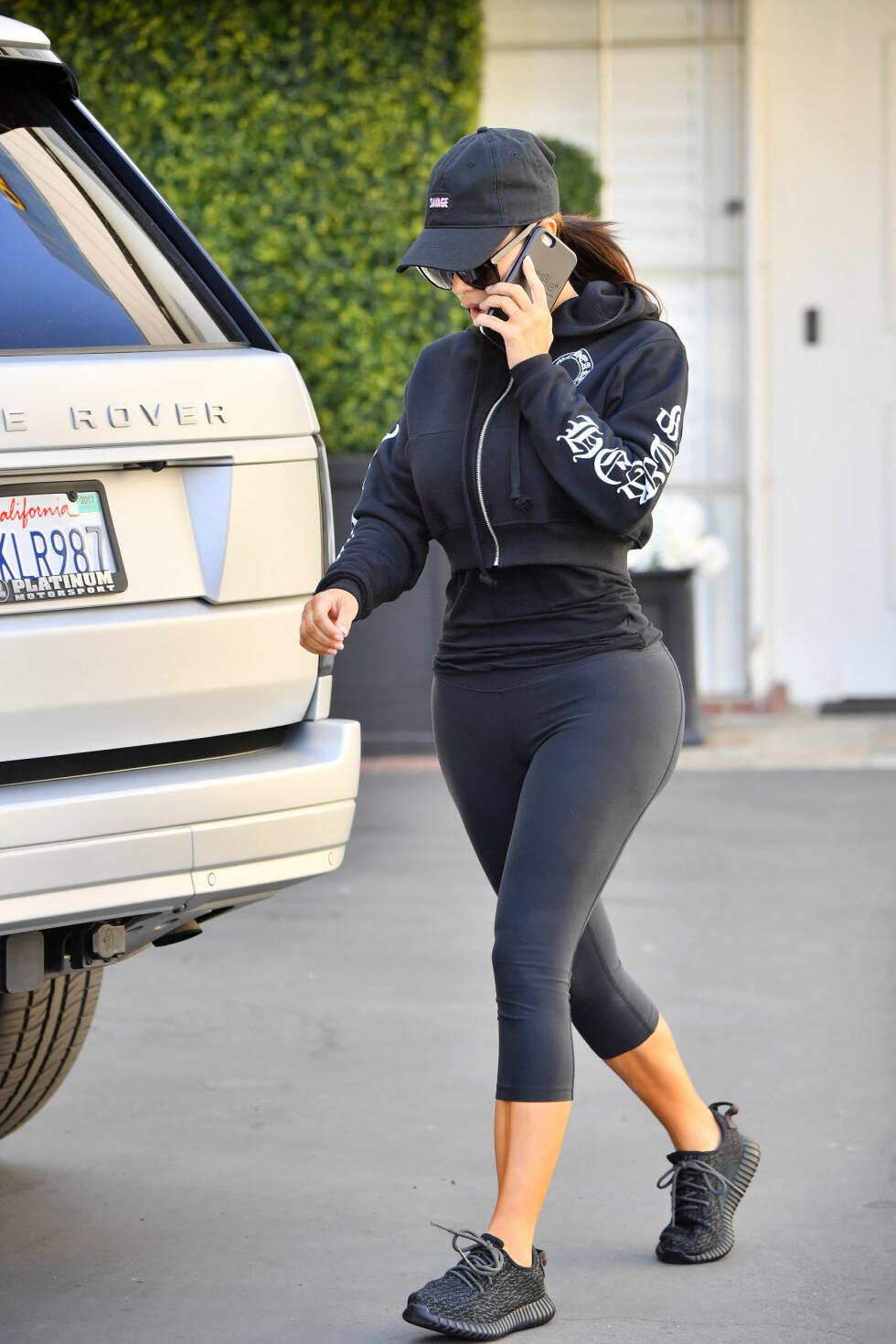 TØFF TRENING: Omtrent daglig dokumenterer Kim Kardashian treningsøktene sine på Snapchat. Her er hun avbildet i treningstøy ute i Beverly Hills forrige uke. Foto: Splash News