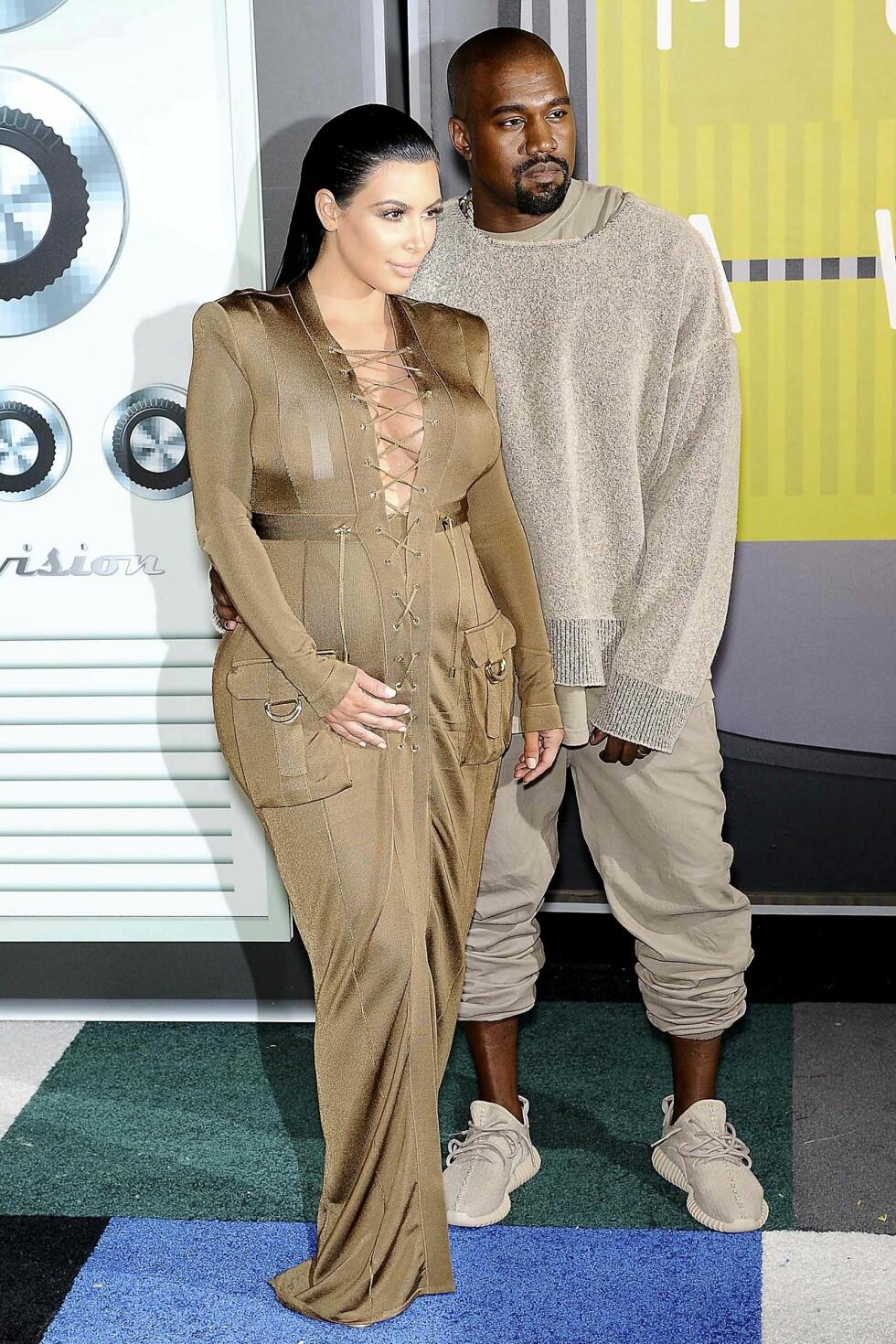 GRAVID-VEKT: Kim har lagt på seg over 20 kilo i løpet av begge de to svangerskapene sine. Her er hun på MTV Video Music Awards 2015 sammen med ektemannen Kanye West, den gang hun var gravid med Saint.  Foto: Pa Photos