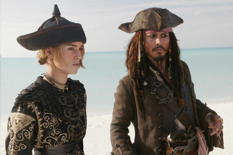 PÅ LERRETET: Keira gjorde stor suksess som Elizabeth Swann i Pirates of the Caribbean. Her med Johnny Depp, som spiller hovedrollen kaptein Jack Sparrow, i 2007. Foto: NTB Scanpix