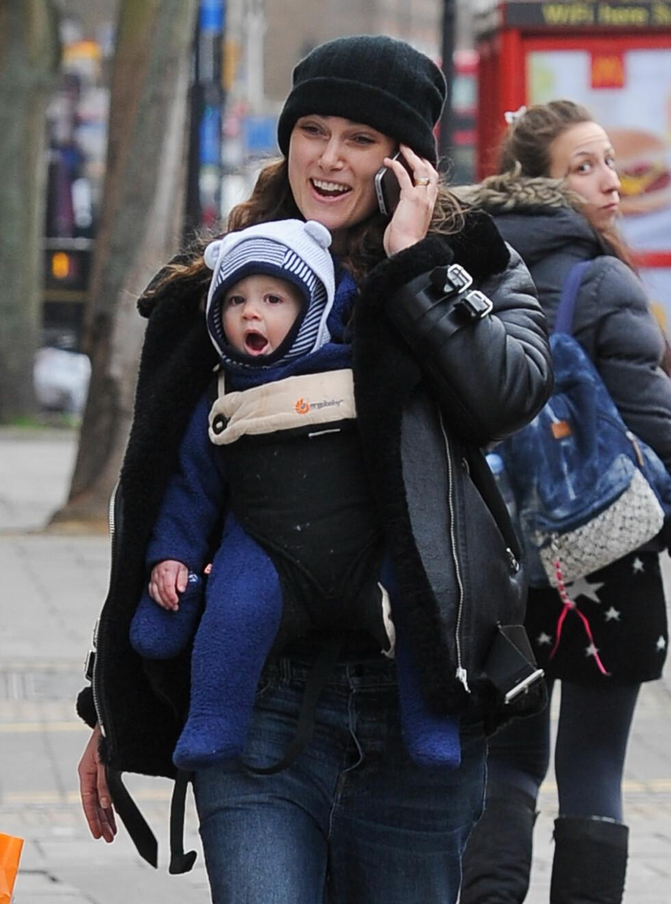 MOR OG DATTER: Keira koser seg på handletur med datteren Edie i England i vinter. Foto: Splash News