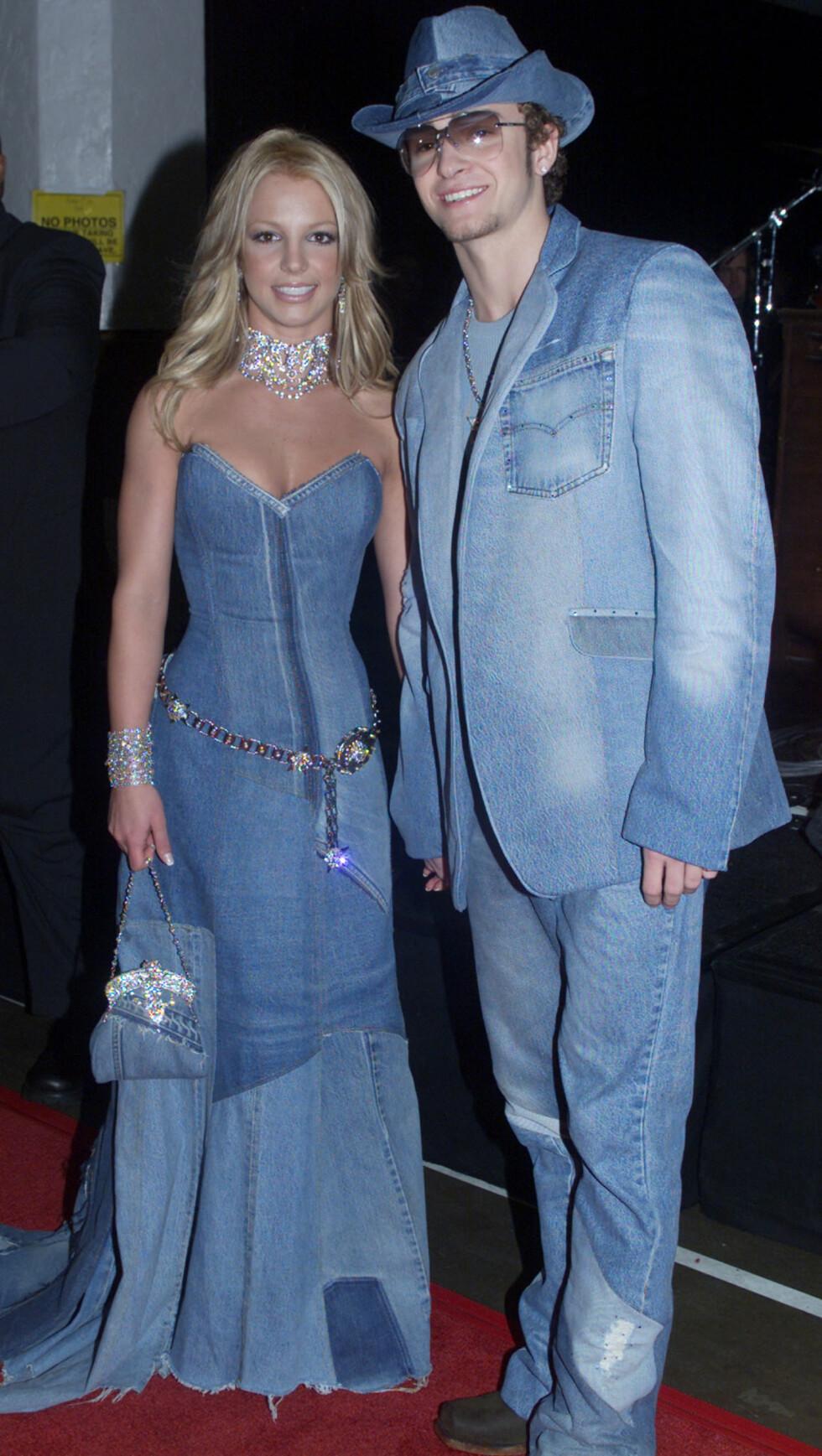 <strong>UFORGLEMMELIG:</strong> Britney Spears og Justin Timberlake fikk slakt da de stilte på rød løper under MTV Video Music Awards i dette matchende antrekket i januar 2001. Foto: REUTERS
