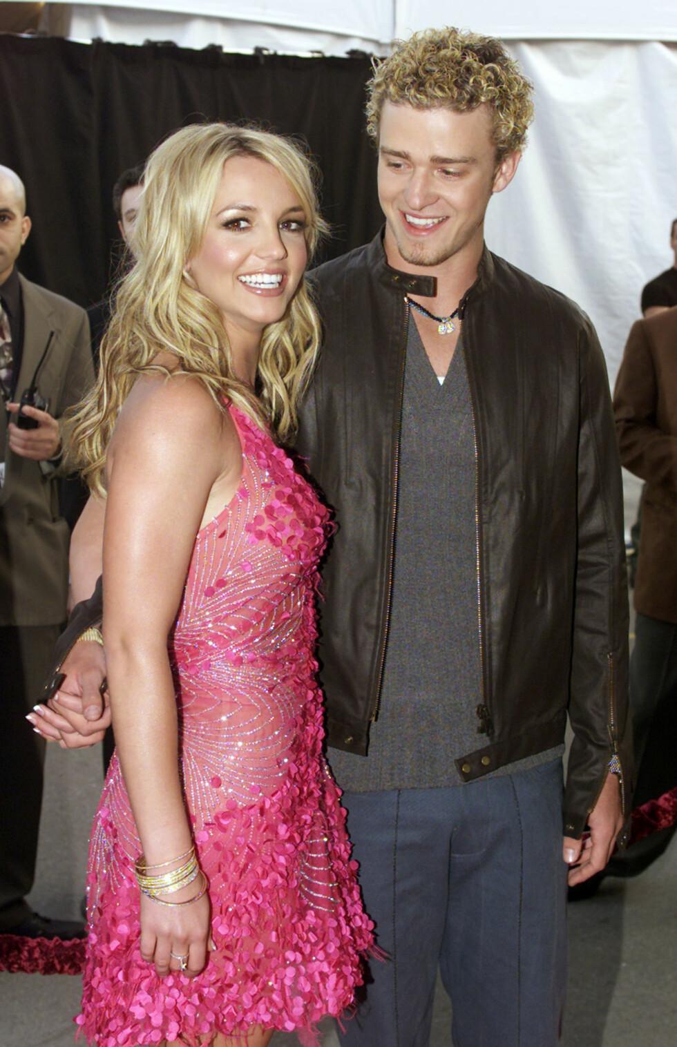 <strong>HÅND I HÅND:</strong> Duoen var i strålende humør på den røde løperen under American Music Awards i Los Angeles to måneder før bruddet.  Foto: REUTERS