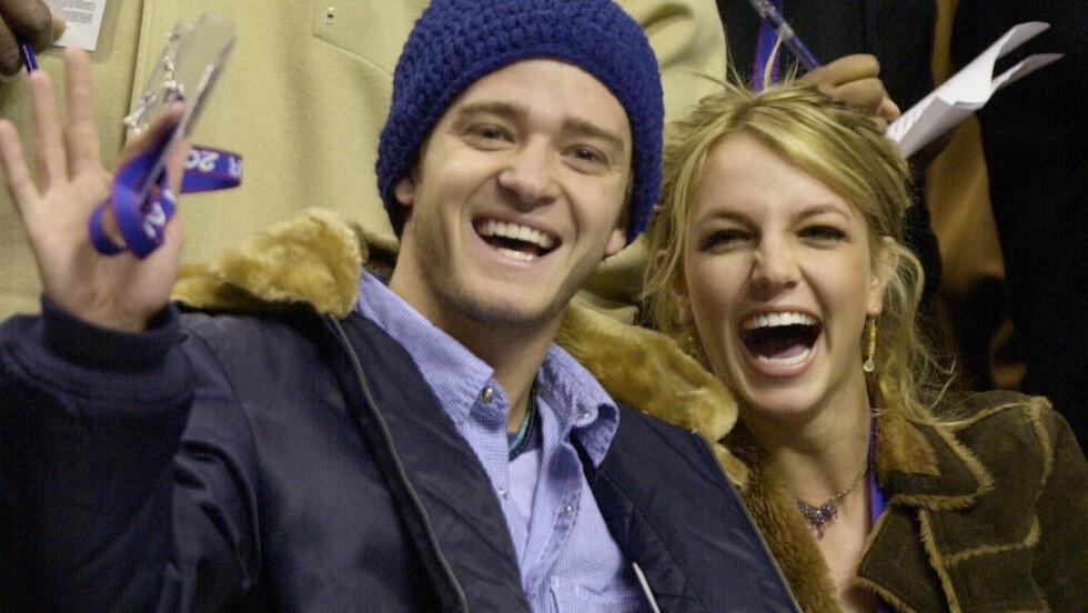 <strong>BERØMTE EKSER:</strong> Her er Justin Timberlake og Britney Spears publikum på en basketball-kamp i Philadelphia bare noen måneder før det ble slutt i 2002.   Foto: NTB Scanpix
