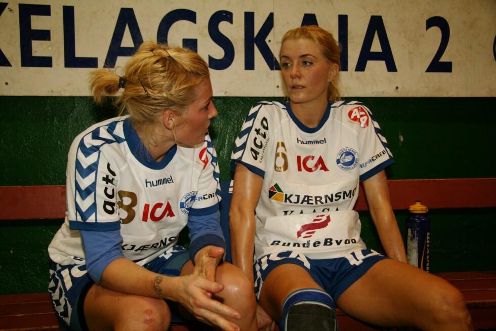 LAGVENNINNER: Mia Hundvin (t.v.) og Randi Gustad avbildet sammen den gang de begge spilte for Nordstrand.  Foto: Aftenposten/ NTB Scanpix