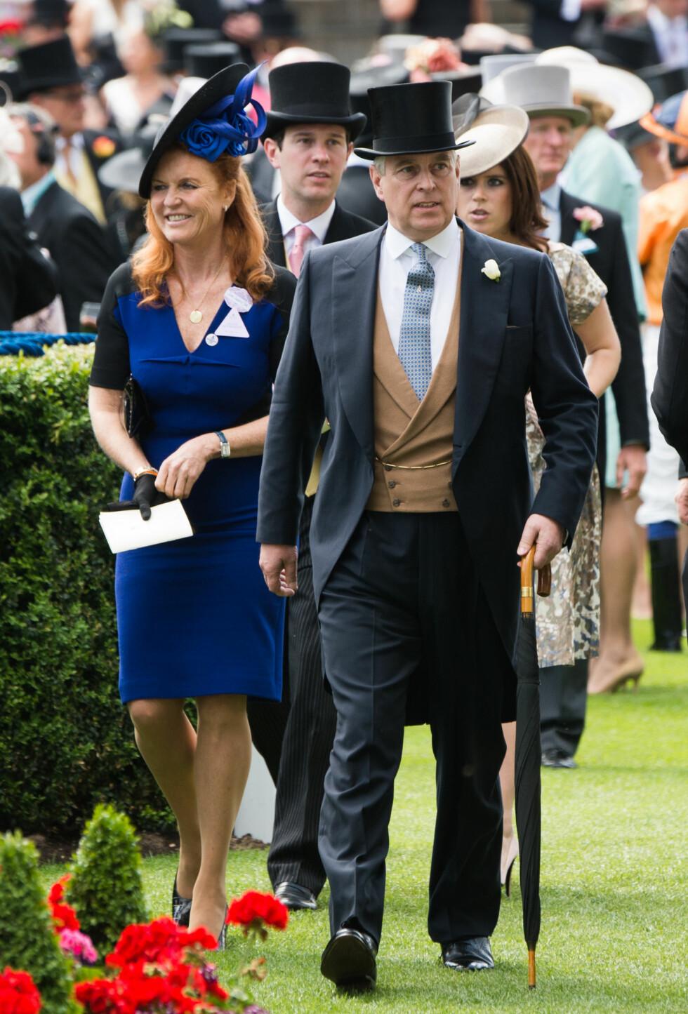 <strong>TATT GODT IMOT AV FAMILIEN:</strong> Sarah Ferguson og eksmannen prins Andrew skal ha tatt Jack Brooksbank godt imot og regner ham allerede som et familiemedlem. Under en tilstelning på Royal Ascot i fjor sommer hadde prinsesse Eugenie (bak) med seg kjæresten Jack.  Foto: NTB Scanpix