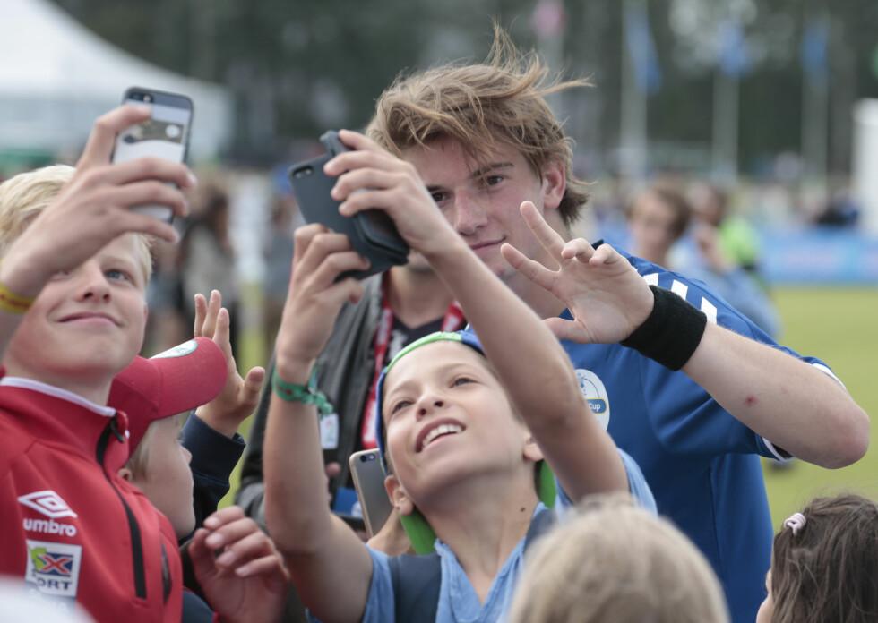 SMIL: Thomas tok seg også tid til å ta bilder med fansen. Foto: NTB scanpix
