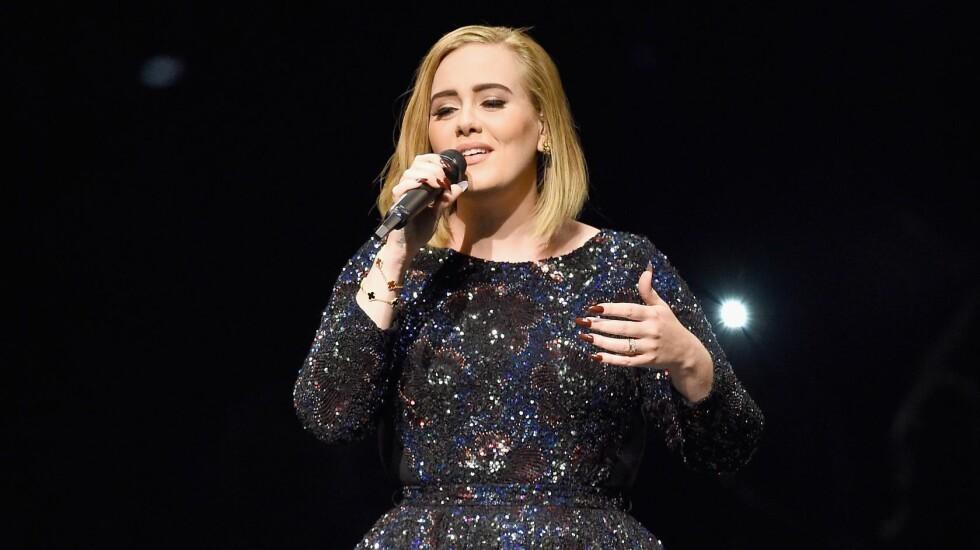 BLE AVVIST: Da Adele skulle handle på en klesbutikk, opplevde hun at kortet ble avvist. Det fortalte stjerna, som ifølge Time er god for to milliarder kroner, fra scenen i California. Foto: Afp