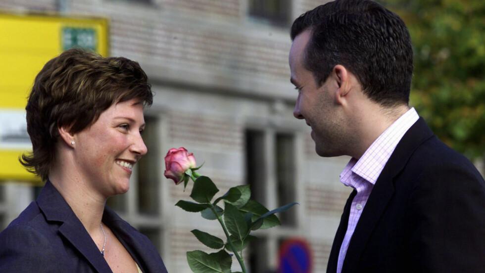 FORELSKET: Det var et svært forelsket par som i 2001 annonserte at de var forlovet. Fjorten år senere kom nyheten om at de to går hver til sitt.  Foto: EPA