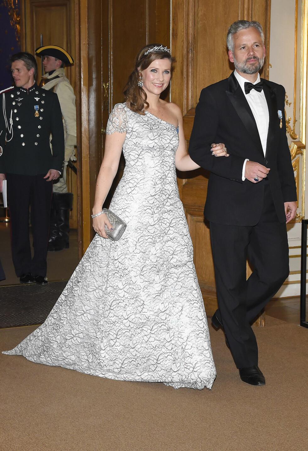 STRÅLTE: I kong Carl Gustafs 70-årsdag 30. april kom Märtha Louise og Ari Behn arm i arm til festen.  Foto: Aftonbladet