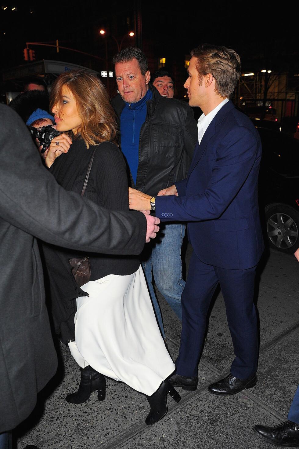 <strong>MEDIESKY:</strong> Eva Mendes og Ryan Gosling stiller sjelden opp på bilder sammen. Her ble fotografert på vei fra «Saturday Night Live»-etterfesten på Dos Caminos i New York i desember 2015. Foto: Splash News
