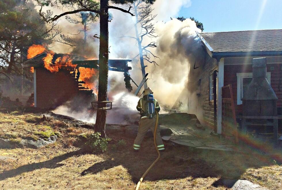 DRAMATISK: Vestfold Interkommunale Brannvesen delte dette bildet på sin Facebook fra brannen ved Geir Kvarmes feriehytte på Tjøme.  Foto: Vestfold Interkommunale Brannvesen