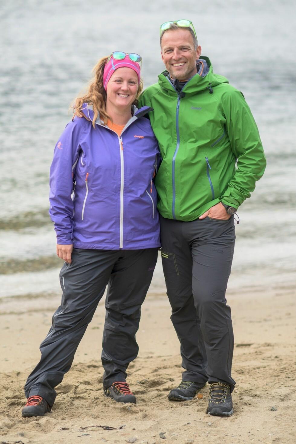 TRAKK SEG: De tøffe utfordringene i realityserien «71 grader nord» ble for krevende for Siri Kristiansen, og til slutt trakk hun seg fra innspillingen. Her poserer hun med programleder Tom Stiansen i forbindelse med programmet. Foto: TVNorge