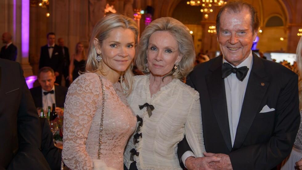 GIKK BORT: Her deltar Sir Roger Moore, kona Kristina og datteren Christina på Woman of the Year Awards sammen i Wien i november i fjor. Foto: NTB Scanpix