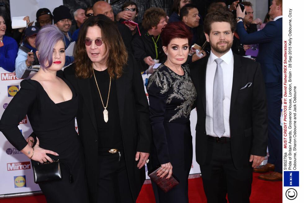 TURBULENT EKTESKAP: Ozzy og Sharon Osbourne delte i mange år sine opp- og nedturer med TV-seerne i den kontroversielle realityserien «The Osbournes». Her sammen med de to yngste barna Kelly og Jack på en premiere i fjor. Foto: Rex Features